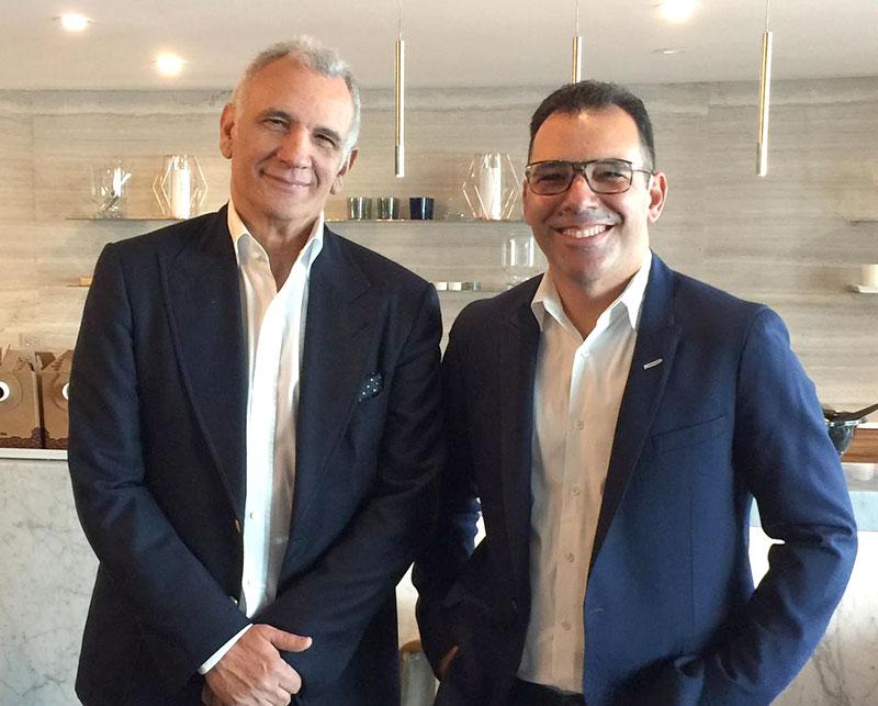 André Duek (dir), CEO do Grupo Forum Triton de moda, com seu mentor e estilista Tufi Duek